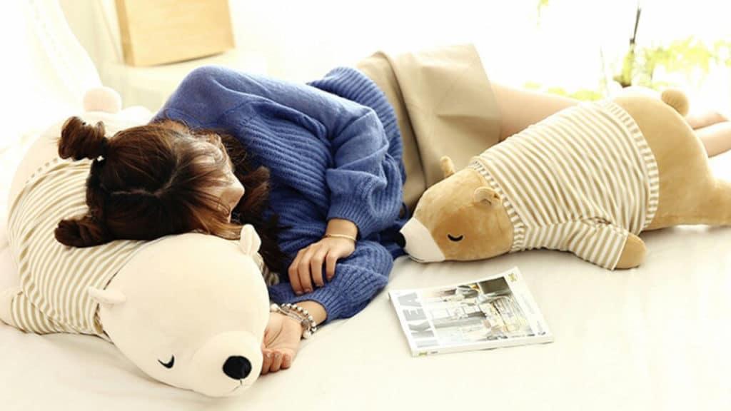 ours en peluche habillé marron qui dort