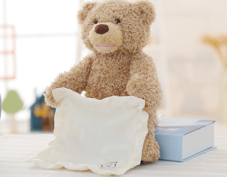 Un ours en peluche tenant un tissu blanc