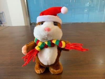 Un hamster en peluche avec un bonnet de père Noël