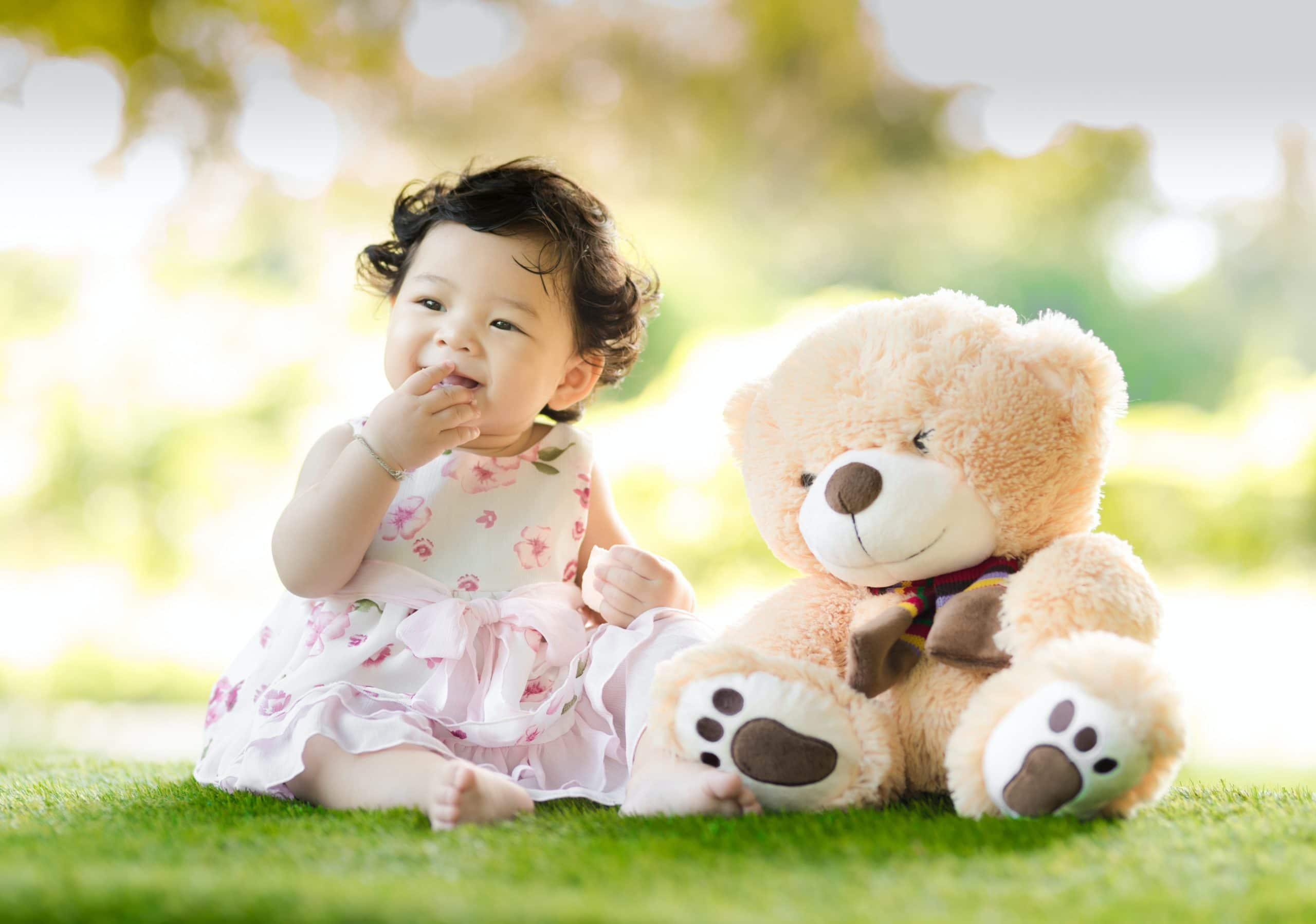Bébé fille et ours en peluche